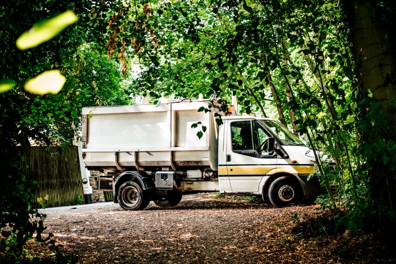 How to choose between using a skip hire or a rubbish removal service